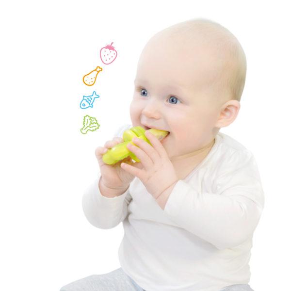離乳食をモグフィーで食べる赤ちゃん